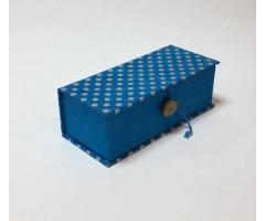 Karp Nepaali paberiga, nööbiga - 6,5x15,5x4,5 cm - Sinine täppidega