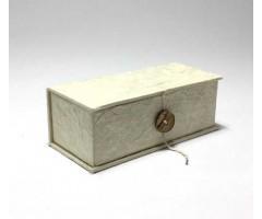 Karp Nepaali paberiga, nööbiga - 6,5x15,5x4,5 cm - Valge, kanepikiud